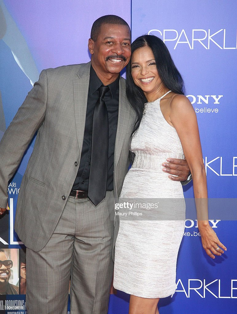 <a gi-track='captionPersonalityLinkClicked' href=/galleries/search?phrase=Robert+Townsend+-+Actor&family=editorial&specificpeople=224619 ng-click='$event.stopPropagation()'>Robert Townsend</a> and <a gi-track='captionPersonalityLinkClicked' href=/galleries/search?phrase=Victoria+Rowell&family=editorial&specificpeople=202576 ng-click='$event.stopPropagation()'>Victoria Rowell</a> arrive at the Los Angeles Premiere of 'Sparkle' at Grauman's Chinese Theatre on August 16, 2012 in Hollywood, California.