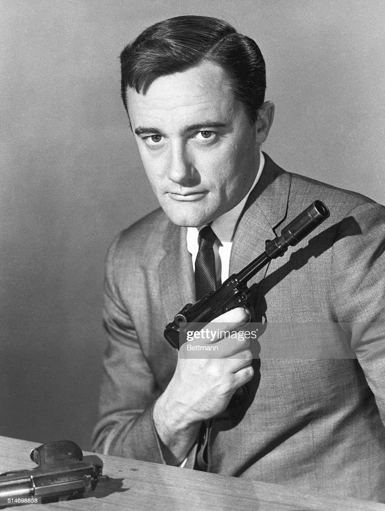 Robert Vaughn as Napoleon Solo, armed, in a publicity still from 'The Man From U.N.C.L.E.'