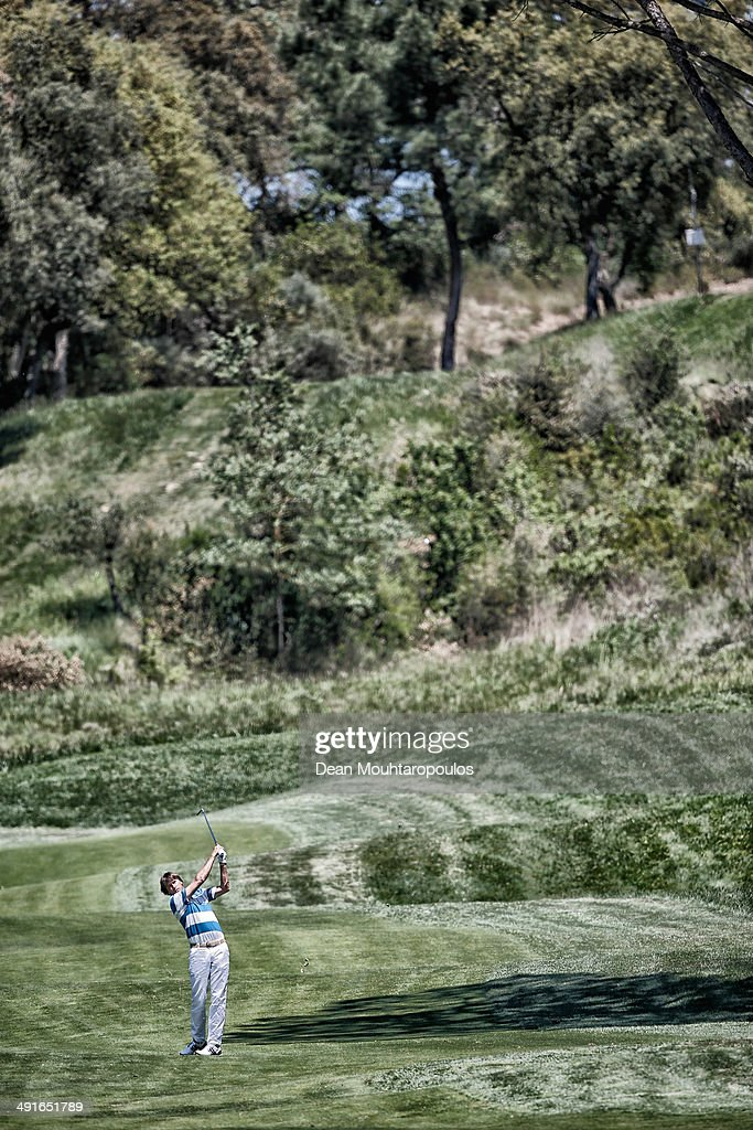 RobertJan Derksen of the Netherlands hits his second shot on the 17th hole during Day 1 of the Open de Espana held at PGA Catalunya Resort on May 15...