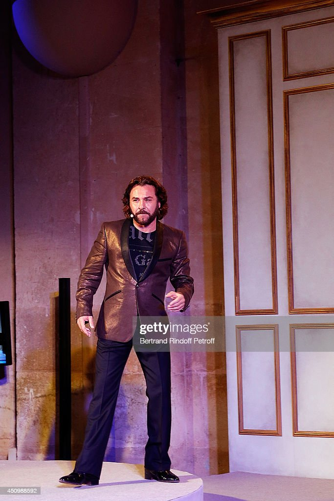Roberto Alagna performs during the L'Oreal Gala Evening 2014 at Chateau de Versailles on June 20, 2014 in Versailles, France.