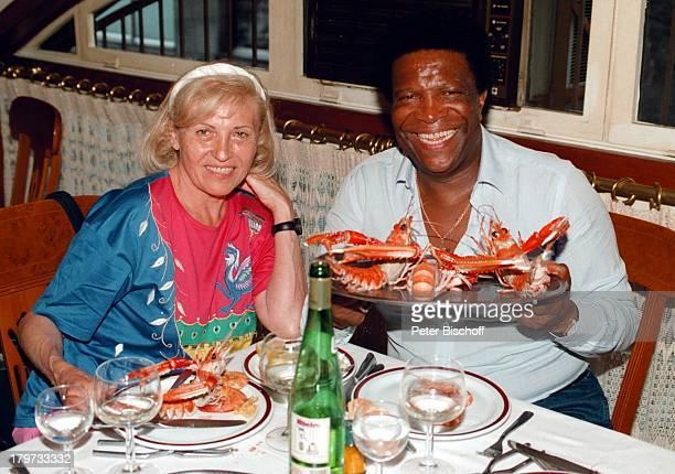 Roberto Blanco mit Ehefrau Mireille bei seinem 60 Geburtstag Kreuzfahrt Kreuzfahrtschiff MS 'Europa' Schiff Abendessen Restaurant Langusten...