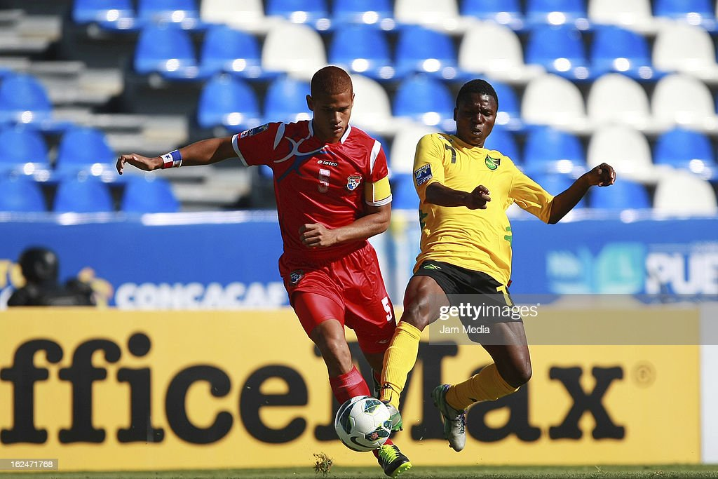 Roberto Chen (L) of Panama struggles for the ball with Kendon Anderson (R) of Jamaica during the championship game of the U-20 CONCACAF zone in the Cuauhtemoc stadium on February 23, 2013 in Puebla, Mexico