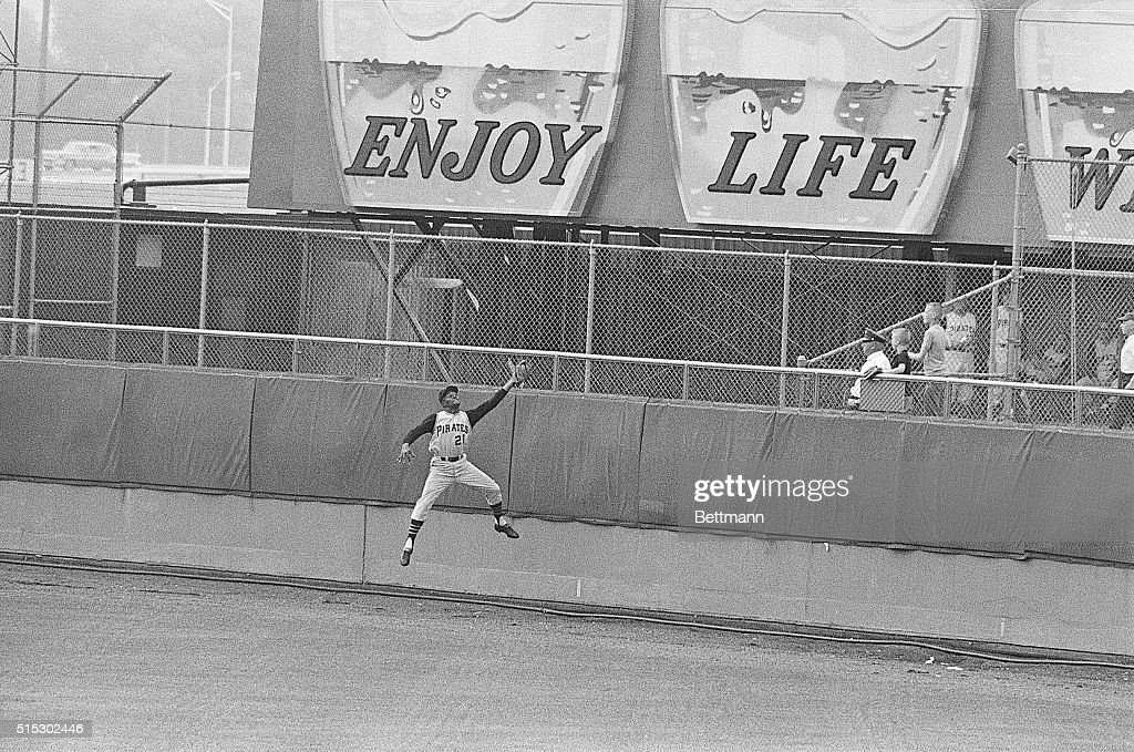 <a gi-track='captionPersonalityLinkClicked' href=/galleries/search?phrase=Roberto+Clemente&family=editorial&specificpeople=206918 ng-click='$event.stopPropagation()'>Roberto Clemente</a> of the Pittsburgh Pirates (#21) catching a field ball.