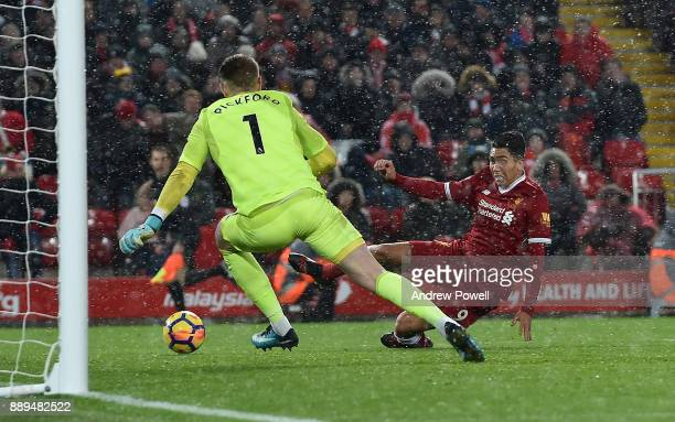 Roberto Firmino of Liverpool comes close scoring past Jordan Pickford of Everton during the Premier League match between Liverpool and Everton at...