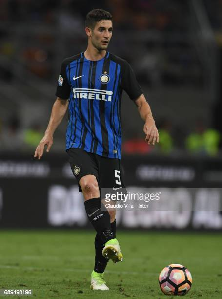 Roberto Gagliardini of FC Internazionale in action during the Serie A match between FC Internazionale and Udinese Calcio at Stadio Giuseppe Meazza on...