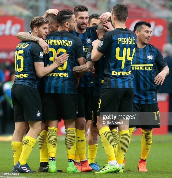 Roberto Gagliardini of FC Internazionale Milano celebrates his goal with his teammates during the Serie A match between FC Internazionale and...