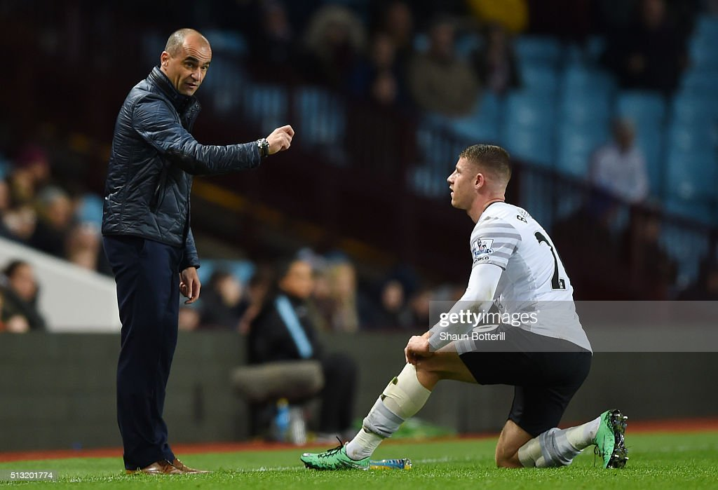 Roberto Martinez (L) Manager of Everton gives instruction to Ross Barkley (R) during the Barclays Premier League match between Aston Villa and Everton at Villa Park on March 1, 2016 in Birmingham, England.
