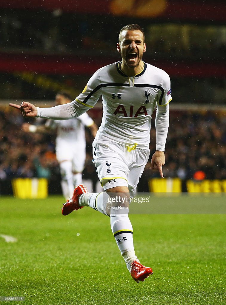 <a gi-track='captionPersonalityLinkClicked' href=/galleries/search?phrase=Roberto+Soldado&family=editorial&specificpeople=2095686 ng-click='$event.stopPropagation()'>Roberto Soldado</a> of Spurs celebrates as he scores their first goal during the UEFA Europa League Round of 32 first leg match between Tottenham Hotspur FC and ACF Fiorentina at White Hart Lane on February 19, 2015 in London, United Kingdom.