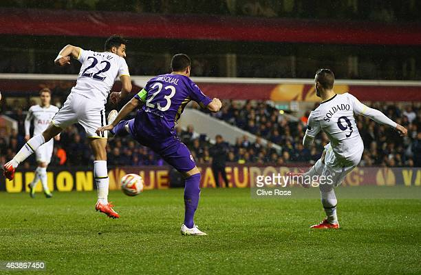 Roberto Soldado of Spurs scores their first goal during the UEFA Europa League Round of 32 first leg match between Tottenham Hotspur FC and ACF...