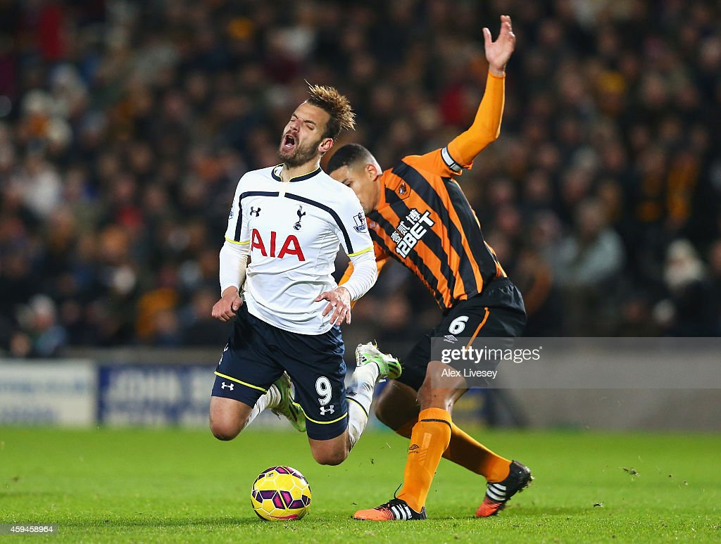 <a gi-track='captionPersonalityLinkClicked' href=/galleries/search?phrase=Roberto+Soldado&family=editorial&specificpeople=2095686 ng-click='$event.stopPropagation()'>Roberto Soldado</a> of Tottenham Hotspur is tackled by <a gi-track='captionPersonalityLinkClicked' href=/galleries/search?phrase=Curtis+Davies&family=editorial&specificpeople=647039 ng-click='$event.stopPropagation()'>Curtis Davies</a> of Hull City during the Barclays Premier League match between Hull City and Tottenham Hotspur at KC Stadium on November 23, 2014 in Hull, England.