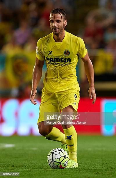 Roberto Soldado of Villarreal runs with the ball during the La Liga match between Villarreal CF and RCD Espanyol at El Madrigal Stadium on August 28...