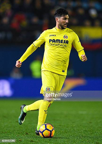 Roberto Soriano of Villarreal CF runs with the ball during the La Liga match between Villarreal CF and Club Atletico de Madrid at El Madrigal stadium...