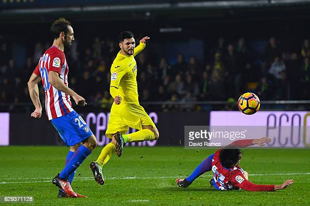 Roberto Soriano of Villarreal CF scores his team's third goal during the La Liga match between Villarreal CF and Club Atletico de Madrid at El...