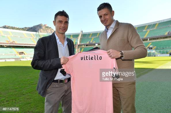 Roberto Vitiello poses with Team Manager Igor Budan showing his new club shirt before his presentation as new player of US Citta di Palermo at Stadio...