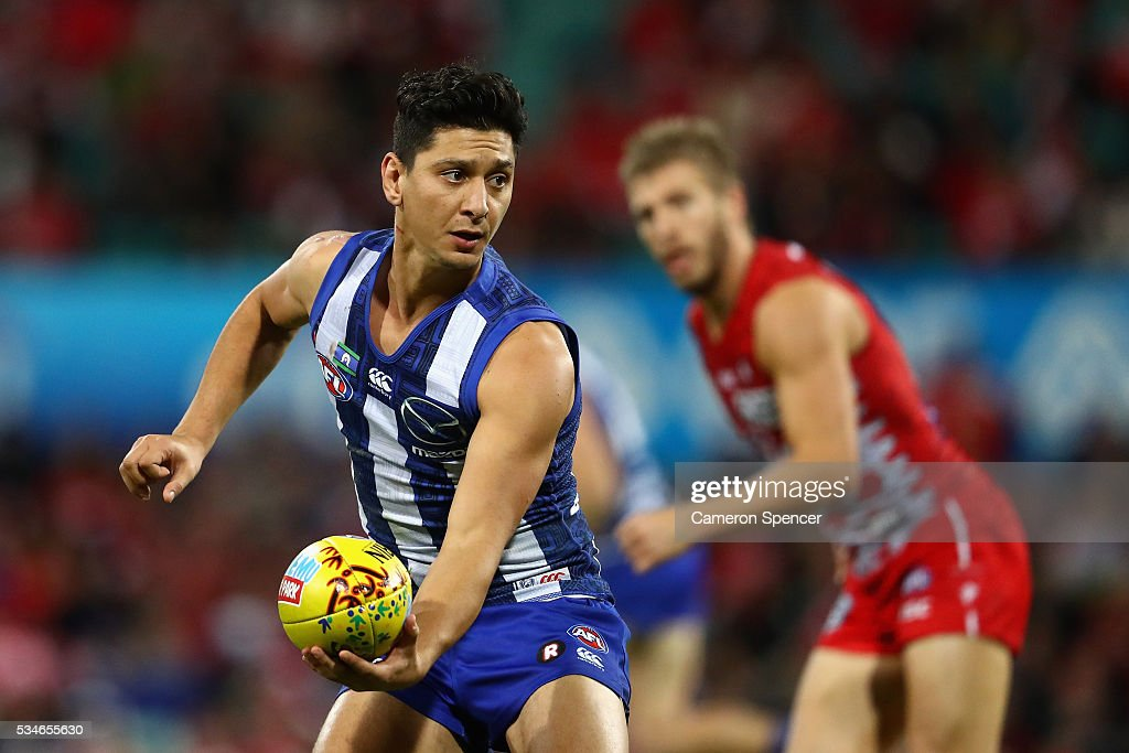 Robin Nahas of the Kangaroos handpasses during the round 10 AFL match between the Sydney Swans and the North Melbourne Kangaroos at Sydney Cricket Ground on May 27, 2016 in Sydney, Australia.