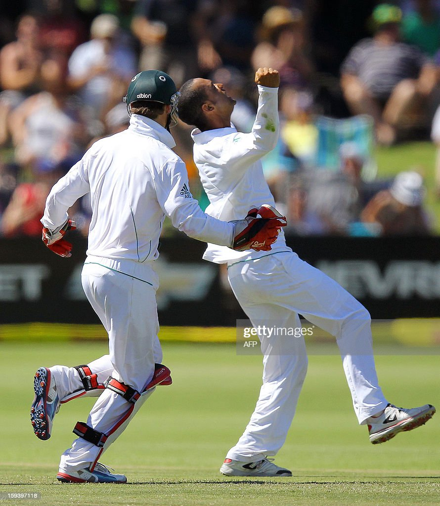 Robin Peterson and AB de Villiers of South Africa (R) celebrate the wicket of Kane Williamson on the third day of the second and final test match between South Africa and New Zealand at the Axxess St George's Cricket Stadium on January 13, 2013 in Port Elizabeth. AFP Photo / Anesh Debiky