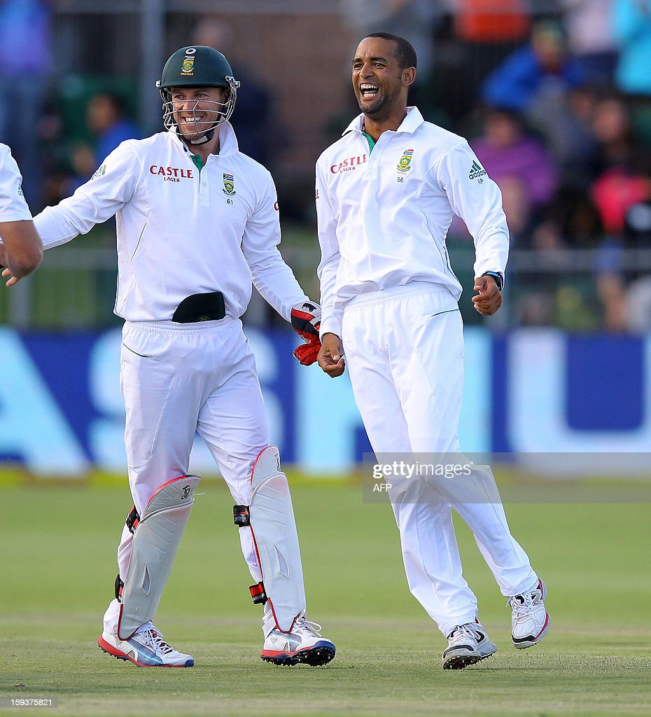 Robin Peterson (R) and AB de Villiers of South Africa celebrates on January 12, 2013 the wicket of Brendon McCullum on the second day of the second and final Test between South Africa and New Zealand at St George's Park in Port Elizabeth. AFP PHOTO / Anesh Debiky