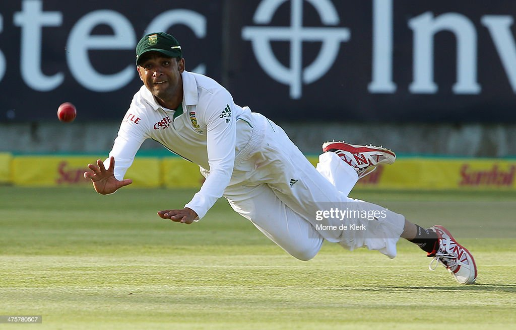 <a gi-track='captionPersonalityLinkClicked' href=/galleries/search?phrase=Robin+Peterson&family=editorial&specificpeople=843359 ng-click='$event.stopPropagation()'>Robin Peterson</a> of South Africa attempts to take a catch to dismiss <a gi-track='captionPersonalityLinkClicked' href=/galleries/search?phrase=Michael+Clarke+-+Cricket+Player&family=editorial&specificpeople=175853 ng-click='$event.stopPropagation()'>Michael Clarke</a> of Australia during the third test match between South Africa and Australia at Newlands cricket ground on March 1, 2014 in Cape Town, South Africa.