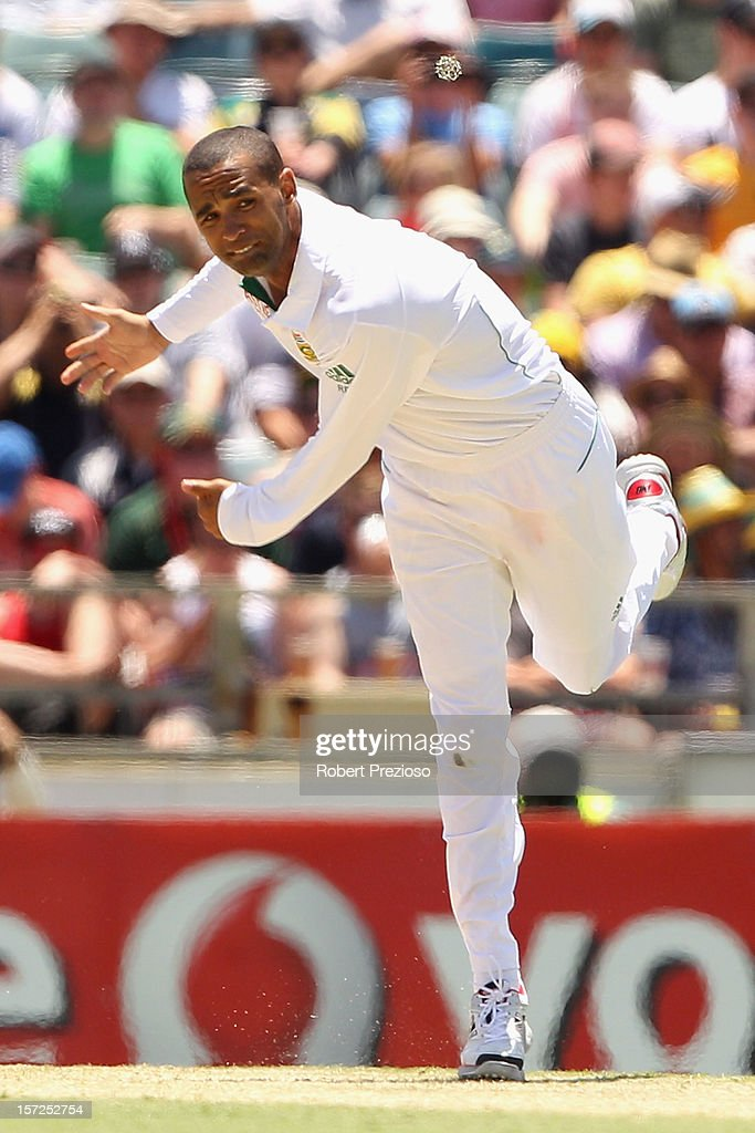 <a gi-track='captionPersonalityLinkClicked' href=/galleries/search?phrase=Robin+Peterson&family=editorial&specificpeople=843359 ng-click='$event.stopPropagation()'>Robin Peterson</a> of South Africa bowls during day two of the Third Test Match between Australia and South Africa at the WACA on December 1, 2012 in Perth, Australia.