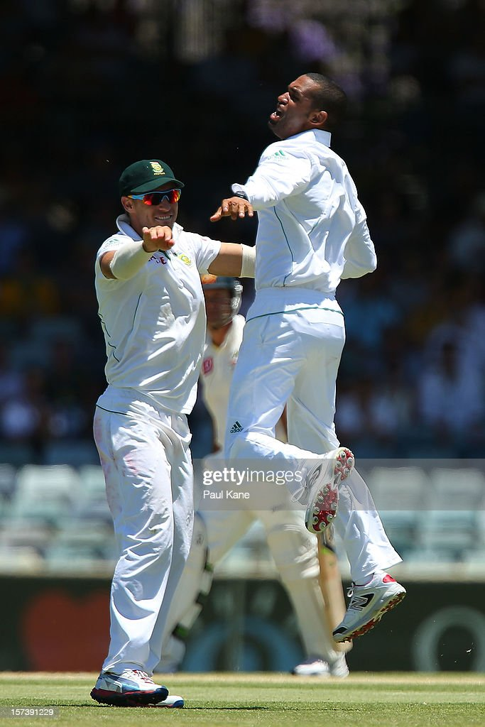 <a gi-track='captionPersonalityLinkClicked' href=/galleries/search?phrase=Robin+Peterson&family=editorial&specificpeople=843359 ng-click='$event.stopPropagation()'>Robin Peterson</a> of South Africa celebrates the dismissal of <a gi-track='captionPersonalityLinkClicked' href=/galleries/search?phrase=Ricky+Ponting&family=editorial&specificpeople=176564 ng-click='$event.stopPropagation()'>Ricky Ponting</a> of Australia during day four of the Third Test Match between Australia and South Africa at WACA on December 3, 2012 in Perth, Australia.