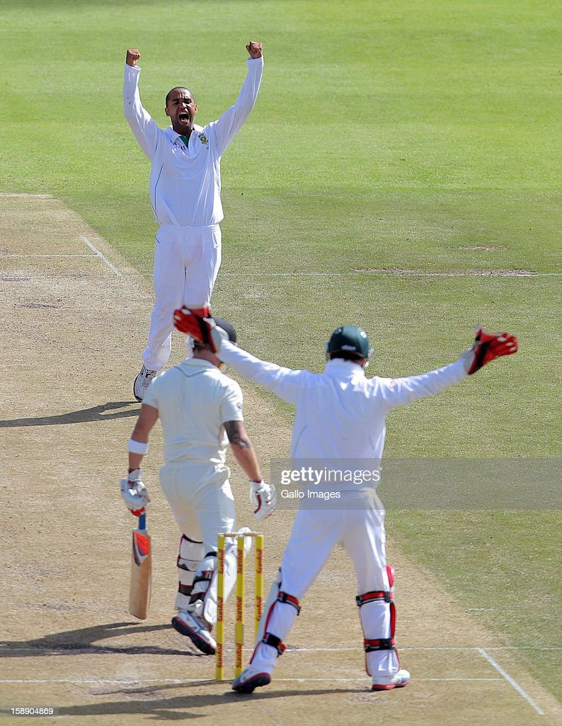<a gi-track='captionPersonalityLinkClicked' href=/galleries/search?phrase=Robin+Peterson&family=editorial&specificpeople=843359 ng-click='$event.stopPropagation()'>Robin Peterson</a> of the Proteas celebrates the wicket of <a gi-track='captionPersonalityLinkClicked' href=/galleries/search?phrase=Brendon+McCullum&family=editorial&specificpeople=208154 ng-click='$event.stopPropagation()'>Brendon McCullum</a> of New Zealand during day 2 of the 1st Test between South Africa and New Zealand at Sahara Park Newlands on January 03, 2013 in Cape Town, South Africa.