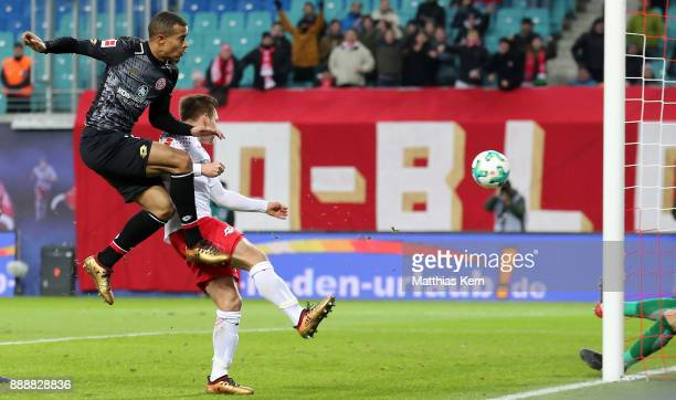 Robin Quaison of Mainz scores the second goal during the Bundesliga match between RB Leipzig and 1FSV Mainz 05 at Red Bull Arena on December 9 2017...