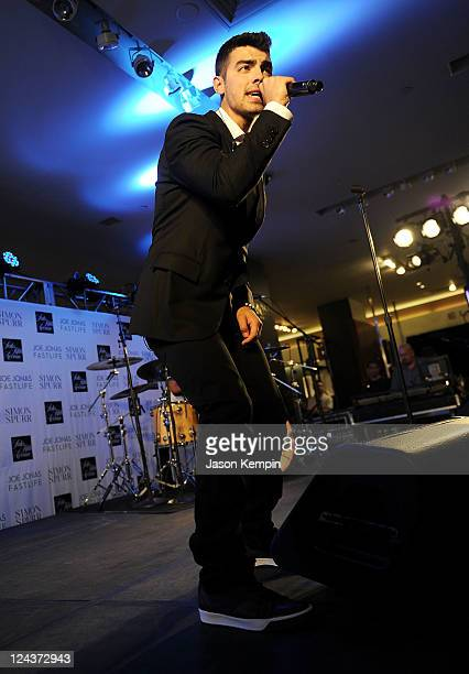 Robin Thicke performs at Fashion's Night Out at SAKS Fifth Avenue on September 8 2011 in New York City
