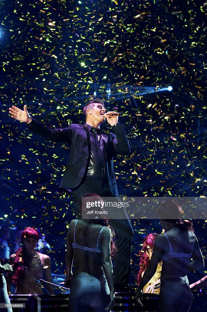 <a gi-track='captionPersonalityLinkClicked' href=/galleries/search?phrase=Robin+Thicke&family=editorial&specificpeople=724390 ng-click='$event.stopPropagation()'>Robin Thicke</a> performs onstage during the MTV EMA's 2013 at the Ziggo Dome on November 10, 2013 in Amsterdam, Netherlands.