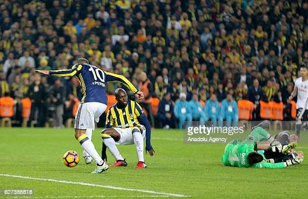 Robin van Persie and Moussa Sow of Fenerbahce in action against Fabri of Besiktas during the Turkish Spor Toto Super Lig match between Fenerbahce and...