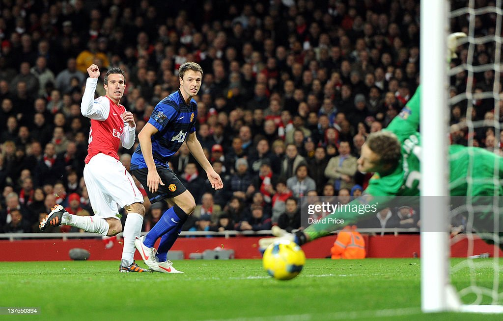 Robin van Persie of Arsenal (L) scores past goalkeeper <a gi-track='captionPersonalityLinkClicked' href=/galleries/search?phrase=Anders+Lindegaard&family=editorial&specificpeople=7243148 ng-click='$event.stopPropagation()'>Anders Lindegaard</a> of Manchester Utd as <a gi-track='captionPersonalityLinkClicked' href=/galleries/search?phrase=Jonny+Evans&family=editorial&specificpeople=747537 ng-click='$event.stopPropagation()'>Jonny Evans</a> Man Utd looks on during the Barclays Premier League match between Arsenal and Manchester United at Emirates Stadium on January 22, 2012 in London, England.