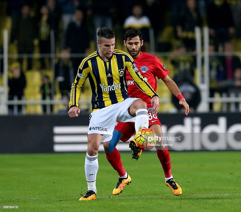 Robin van Persie (L) of Fenerbahce in action against Veysel Sari of Kasimpasa during Turkish Spor Toto Super Lig football match between Fenerbahce and Kasimpasa at Fenerbahce Sukru Saracoglu Sports Complex in Istanbul, Turkey on February 12, 2016