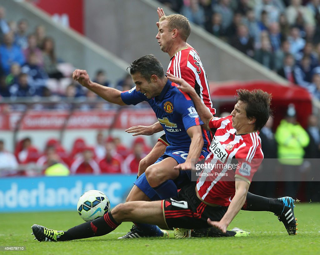Robin van Persie of Manchester United in action with <a gi-track='captionPersonalityLinkClicked' href=/galleries/search?phrase=Lee+Cattermole&family=editorial&specificpeople=646988 ng-click='$event.stopPropagation()'>Lee Cattermole</a> and <a gi-track='captionPersonalityLinkClicked' href=/galleries/search?phrase=Santiago+Vergini&family=editorial&specificpeople=9749014 ng-click='$event.stopPropagation()'>Santiago Vergini</a> of Sunderland during the Barclays Premier League match between Sunderland and Manchester United at Stadium of Light on August 24, 2014 in Sunderland, England.