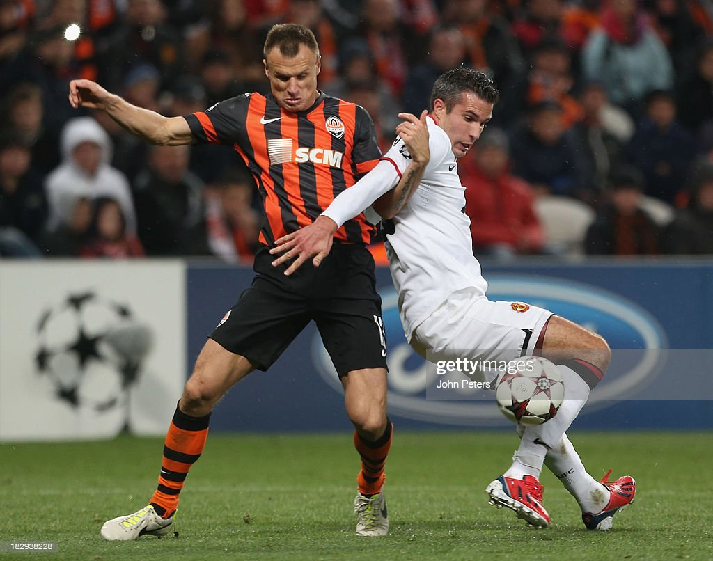Robin van Persie of Manchester United in action with <a gi-track='captionPersonalityLinkClicked' href=/galleries/search?phrase=Vyacheslav+Shevchuk&family=editorial&specificpeople=2841601 ng-click='$event.stopPropagation()'>Vyacheslav Shevchuk</a> of Shakhtar Donetsk during the UEFA Champions League Group A match between Shakhtar Donetsk and Manchester United at Donbass Arena on October 2, 2013 in Donetsk, Ukraine.