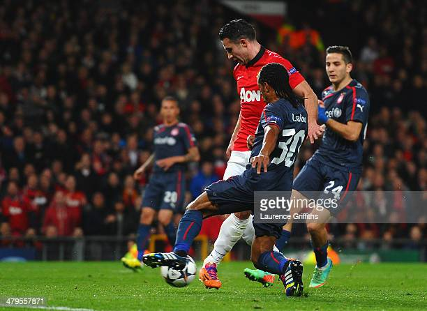 Robin van Persie of Manchester United scores the second goal during the UEFA Champions League Round of 16 second round match between Manchester...