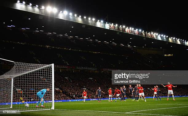 Robin van Persie of Manchester United scores the third goal from a freekick to complete his hattrick during the UEFA Champions League Round of 16...
