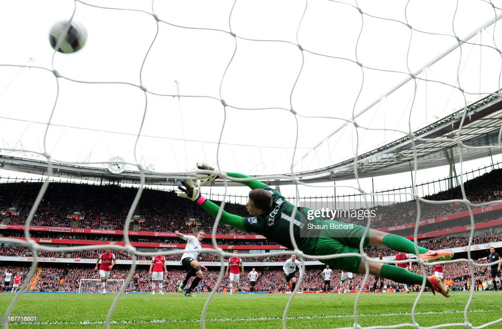 Robin van Persie of Manchester United scores their first goal from the penalty spot past <a gi-track='captionPersonalityLinkClicked' href=/galleries/search?phrase=Wojciech+Szczesny&family=editorial&specificpeople=6539507 ng-click='$event.stopPropagation()'>Wojciech Szczesny</a> of Arsenal during the Barclays Premier League match between Arsenal and Manchester United at Emirates Stadium on April 28, 2013 in London, England.