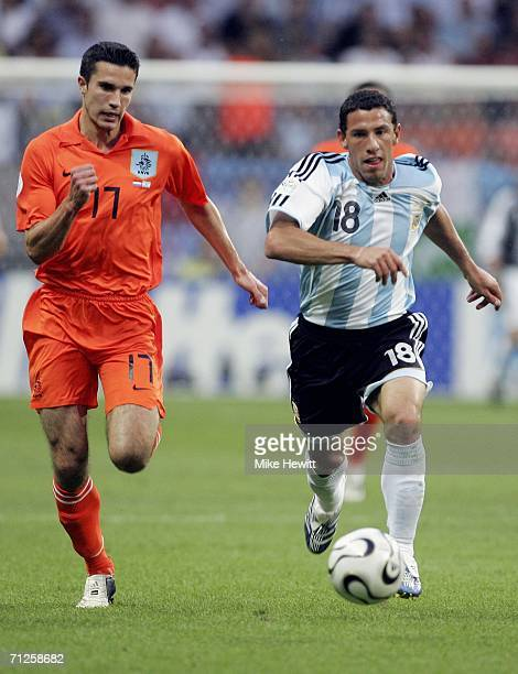 Robin Van Persie of the Netherlands and Maxi Rodriguez of Argentina chase the loose ball during the FIFA World Cup Germany 2006 Group C match between...