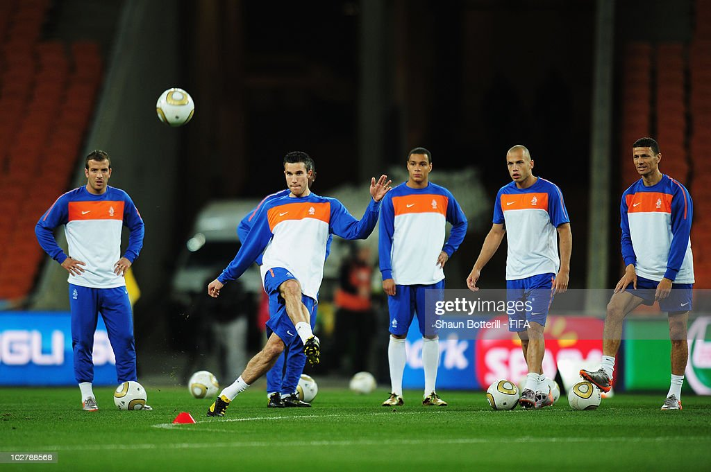 Robin Van Persie of the Netherlands passes the ball as team mates (L-R) Rafael Van der Vaart, Gregory Van Der Wiel, Johnny Heitinga and Khalid Boulahrouz look on during a Netherlands training session, ahead of the 2010 FIFA World Cup Final, at Soccer City Stadium on July 10, 2010 in Johannesburg, South Africa.