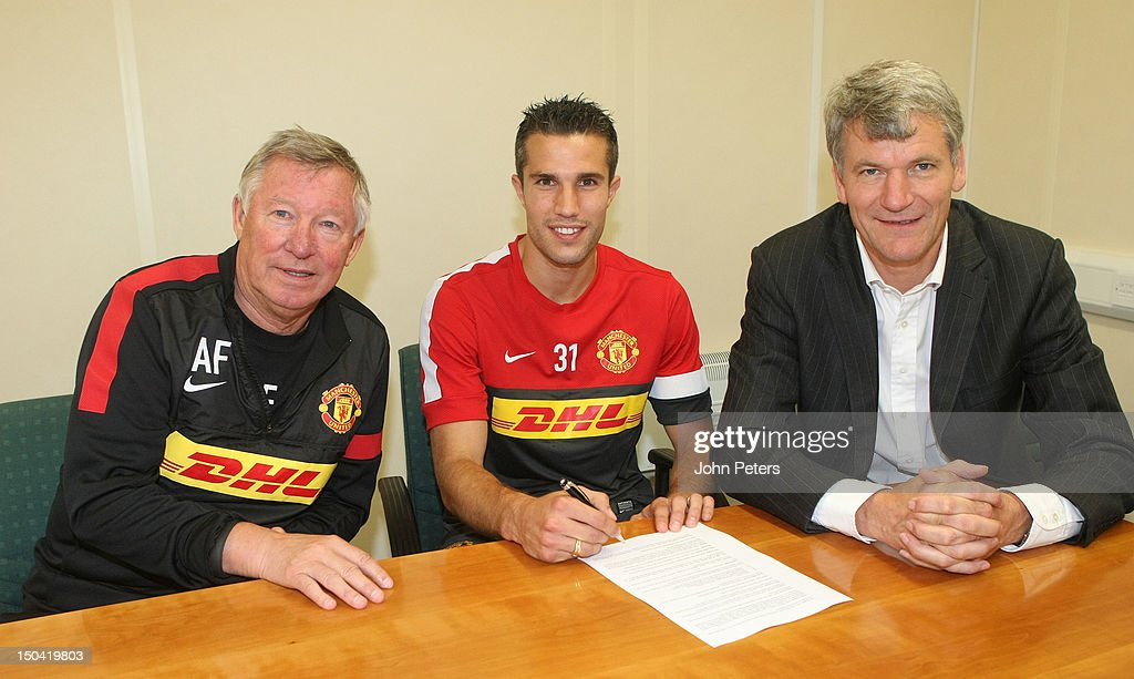 Robin van Persie poses with manager Sir Alex Ferguson (L) and Chief Executive David Gill (R) as he signs for Manchester United FC at their Carrington Training Ground on August 17, 2012 in Manchester, England.