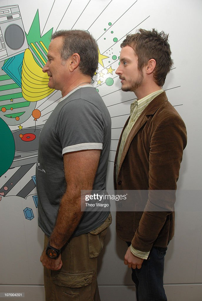 ¿Cuánto mide Elijah Wood? - Real height Robin-williams-and-elijah-wood-during-robin-williams-elijah-wood-picture-id107004201