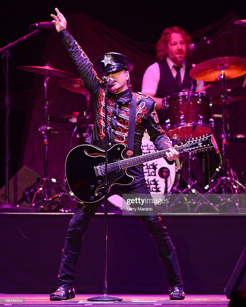 <a gi-track='captionPersonalityLinkClicked' href=/galleries/search?phrase=Robin+Zander&family=editorial&specificpeople=217551 ng-click='$event.stopPropagation()'>Robin Zander</a> and Daxx Nielsen of Cheap Trick perform at BB&T Center on December 9, 2012 in Sunrise, Florida.