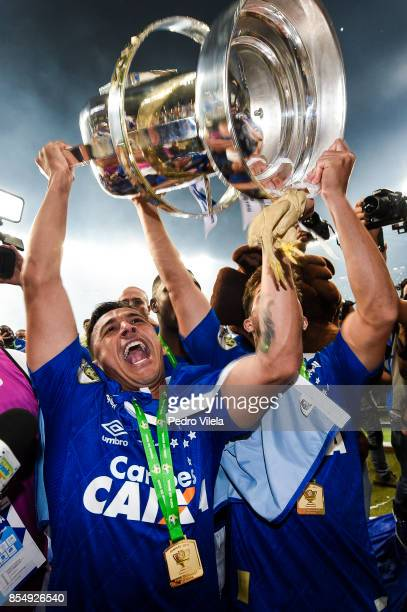 Robinho of Cruzeiro celebrates the title after a match between Cruzeiro and Flamengo as part of Copa do Brasil Final 2017 at Mineirao stadium on...