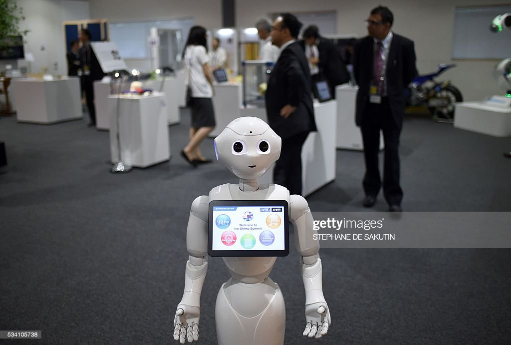 A robot welcomes people at the International Media Centre in Ise city, Mie prefecture on May 25, 2016, ahead of the G7 summit. / AFP / STEPHANE