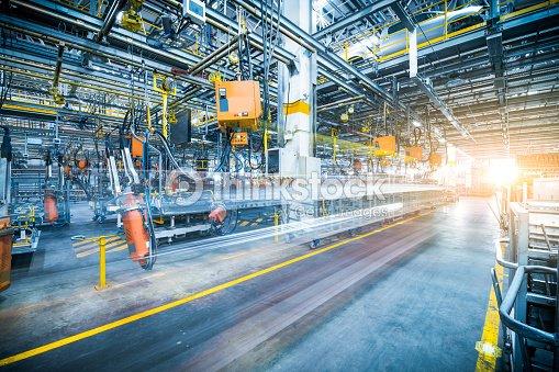 robots soldadura en una fábrica de coches : Foto de stock