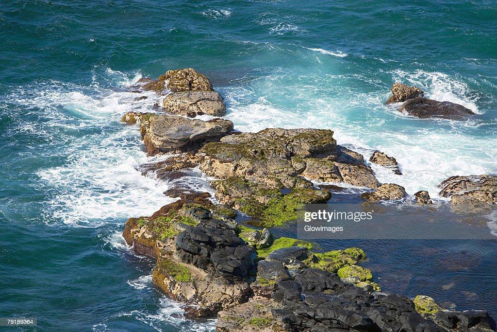 Rock formations in the sea, Hookipa Beach, Maui, Hawaii Islands, USA : Foto de stock