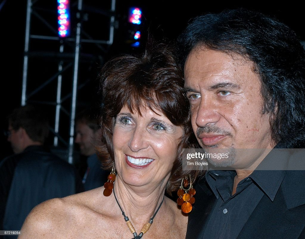 Rock musician Gene Simmons poses with fan <b>Susan Robertson</b> at the Pier during ... - rock-musician-gene-simmons-poses-with-fan-susan-robertson-at-the-pier-picture-id57219254