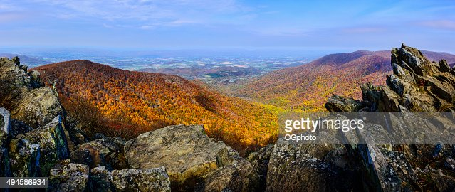 Rock outcroppings frame the autumn forest : Stock Photo