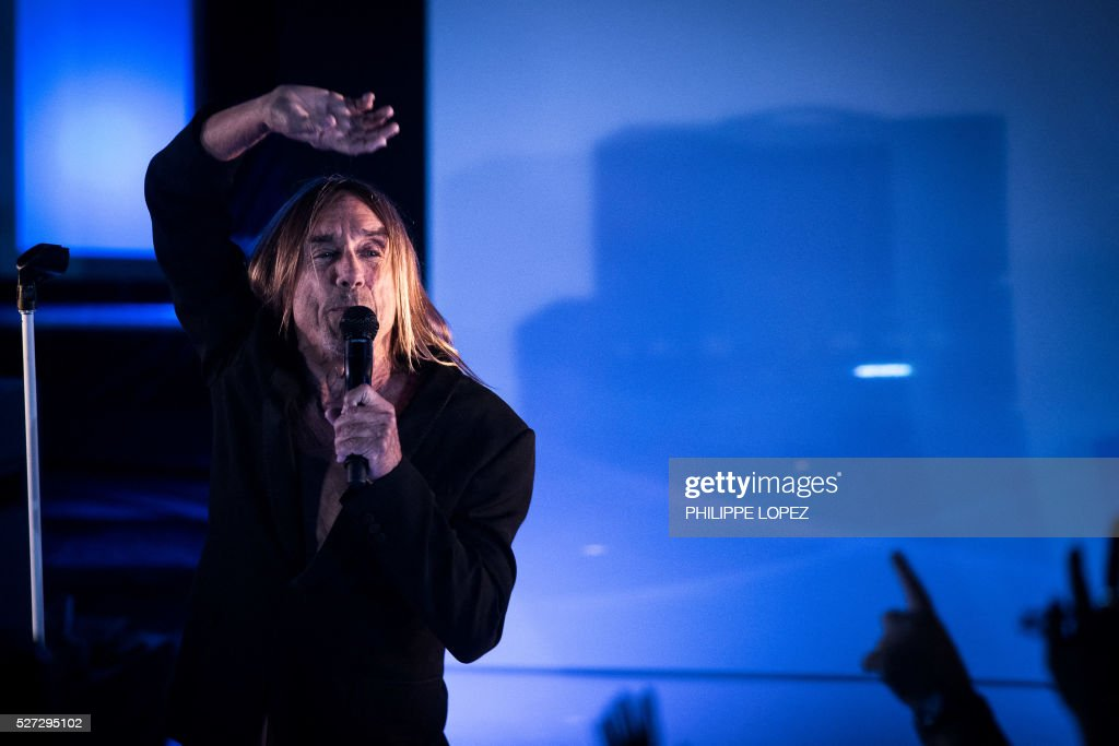 US rock star Iggy Pop performs during a private concert in Paris on May 2, 2016. / AFP / PHILIPPE