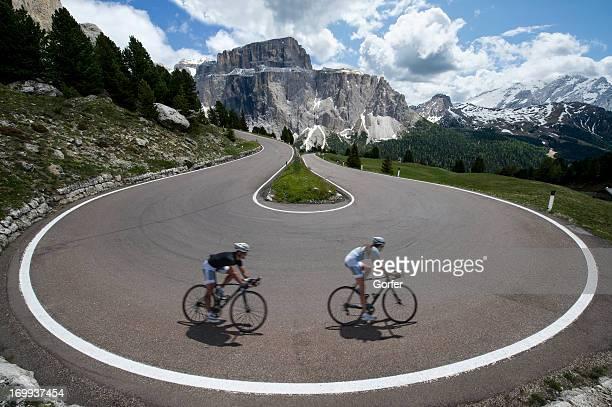 Rock la route asphaltée les cyclistes