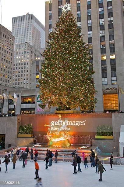 Rockefeller Center's ice skating rink, Christmas tree and 30 Rockefeller Plaza, New York, NY, USA